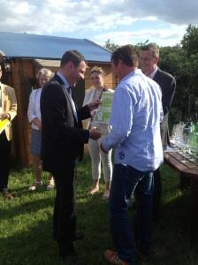Wiesbadens Oberbürgermeister Sven Gerich (SPD, Foto l.) überreichte die Sieger-Urkunde an Winzer Udo Ott