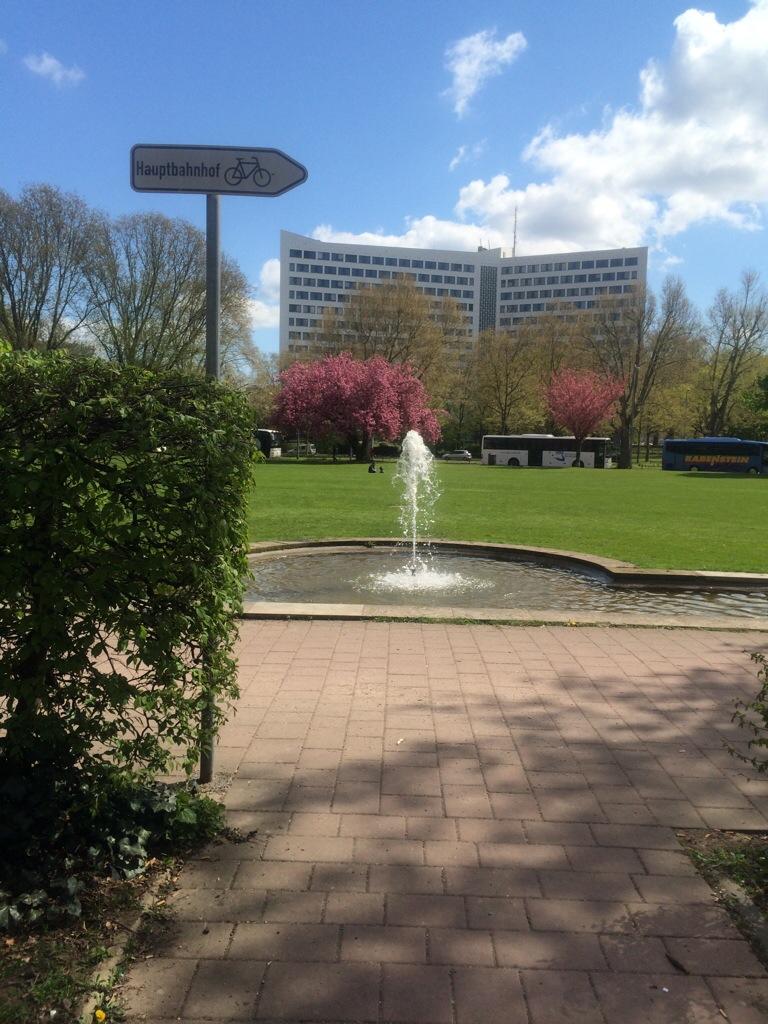 Blühende Bäume und Fontäne an den Reisinger Anlagen Wiesbaden