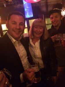 Oberbürgermeister Sven Gerich (SPD), mit Stadt-Pressesprecherin Ilka Gilbert Rolke, kam zum Abschieds-Bierchen