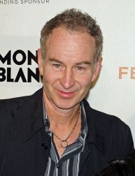 ohn McEnroe, hier 2008 bei der Premiere von War, Inc in New York - Foto von David Shankbone (David Shankbone) [GFDL (http://www.gnu.org/copyleft/fdl.html) or CC-BY-SA-3.0 (http://creativecommons.org/licenses/by-sa/3.0/)], via Wikimedia Commons