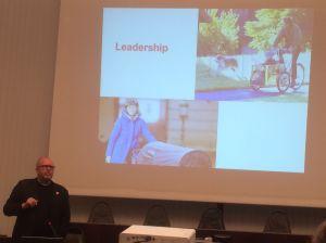 Auch Prominente radeln in Dänemark. Hier zeigt Klaus Bondam in seinem Vortrag den dänischen Kronprinz Frederik von Dänemark mit seinem Sohn beim Radfahren