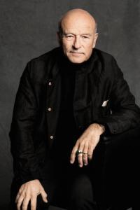 Volker Schlöndorff spricht am Samstag in Wiesbaden - Foto: Jim Rakete