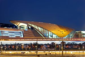 Ob die Zukunft mal so aussieht? Futuristische Gebäude über dem Wiesbadener Bahnhof. Fotomontage: MEIN WIESBADEN
