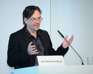 "Juri Andruchowytsch (hier 2011  bei der Heinrich-Böll-Stiftung) liest aus ""Perversion"". Foto: Heinrich-Böll-Stiftung (Flickr: Yuri Andrukhovych) [CC BY-SA 2.0 (http://creativecommons.org/licenses/by-sa/2.0)], via Wikimedia Commons"