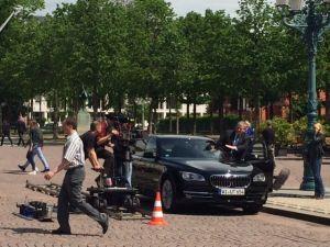 Rainer Hunold steigt für den TV-Dreh in die Limousine ein...und aus..