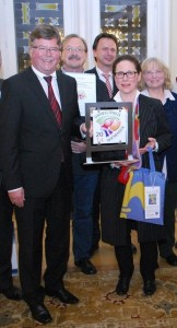 """Anke Trischler von der """"reTHING Projektgemeinschaft im Wiesbadener Salon"""" bei der Verleihung des Umweltpreises 2014 mit Bürgermeister Arno Goßmann. Foto: Stadt Wiesbaden"""