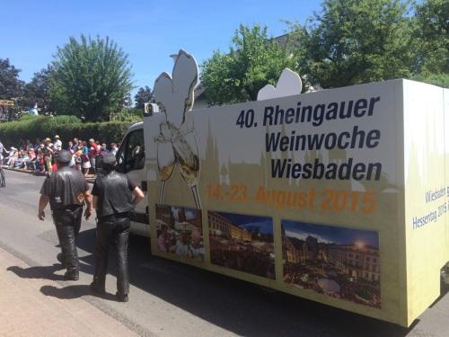 Die 40. Rheingauer Weinwoche startet am 14. August - beim Hessentags-Umzug in Hofgeismar wurde schon dafür mit einem Motivwagen geworben.