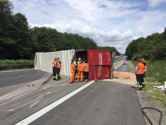 Der umgekippte Laster auf der A3 Richtung Köln. Foto: Polizei