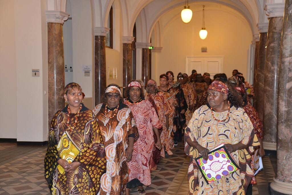 Die Aboriginal-Sängerinnen beim Einzug ins Rathaus Foto: Andrea Wagenknecht/Ev. Dekanat Wiesbaden
