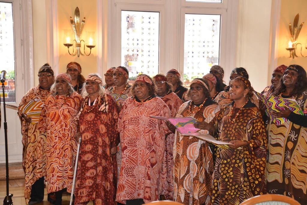 Die Aboriginal-Sängerinnen trugen beim Empfang im Rathaus zwei Lieder vor. Foto: Andrea Wagenknecht/Ev. Dekanat Wiesbaden