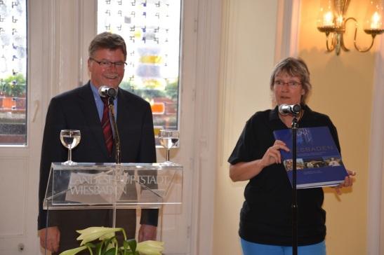 Bürgermeister Arno Goßmann (SPD) und Stadtjugendpfarrerin Astrid Stephan bei der Begrüßung im Rathaus. Foto: Andrea Wagenknecht/Ev. Dekanat Wiesbaden