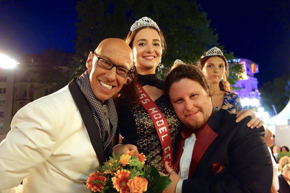 Was für ein Abend: Casting-Gewinnerin Karyna Milimovka mit Moderator Mick Knauff (links) und Tenor Deniz Leone. Foto: Ronald Wissler