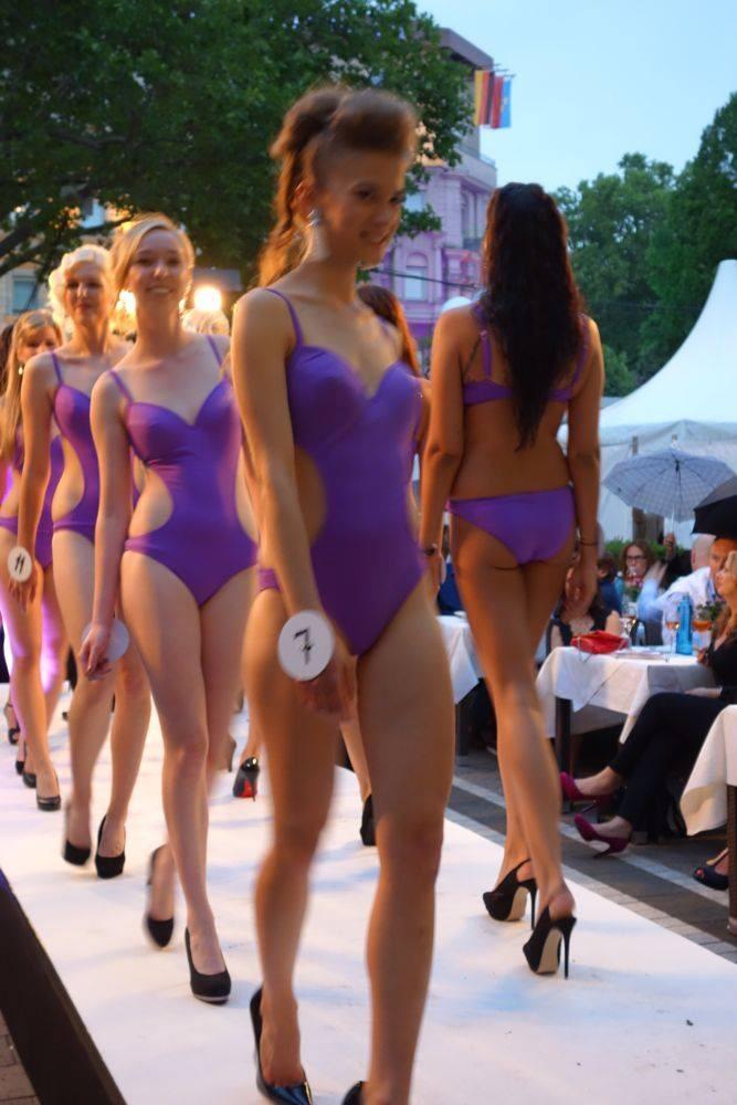 Statt Bikini gab's Einteiler. Vorne mit Nr. 7: Elena Göttert aus Wiesbaden Foto: Ronald Wissler