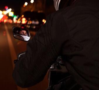 Der Motorradfahrer fuhr in die Kreuzung ein, wurde beim Zusammenprall mit dem Corsa tödlich verletzt. Symbolfoto: Thinkstock