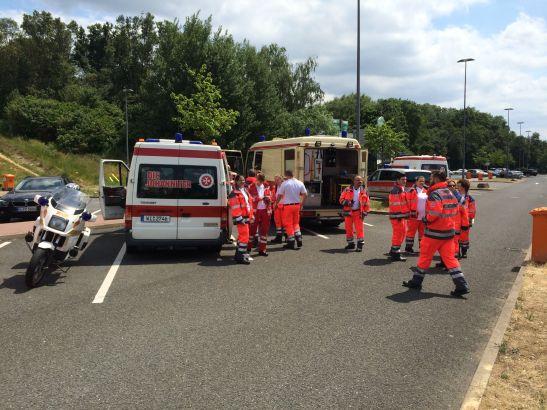 Die Johanniter aus Wiesbaden wurden alarmiert, verteilten Wasser an die im Stau stehenden Autofahrer