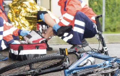 Zwei Zeugen des Unfalls starten die Wiederbelebung, retten dem Radler das Leben. Symbolfoto: Thinkstock
