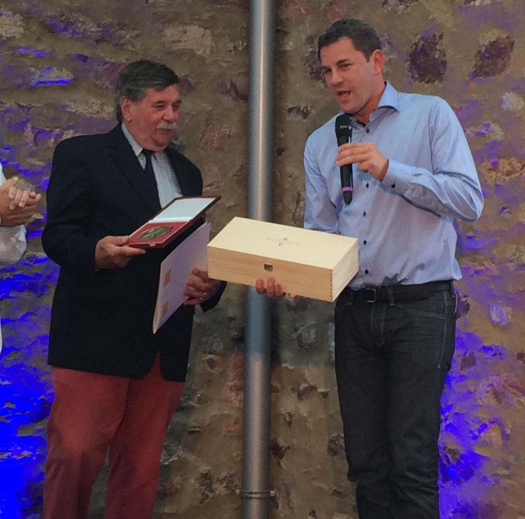 Oberbürgermeister Sven Gerich (SPD, r.) überreicht Friedrich Wilhelm Eickhorn zu Sportplakette und Urkunde noch eine Flasche Wein
