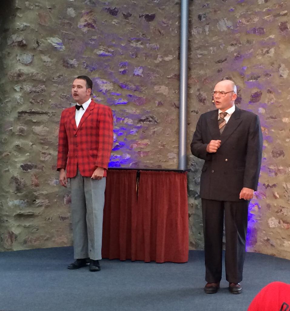 """Das Duo """"Drunter und Drüber"""" erheiterte die Gäste im Saal mit """"ernsten"""" Witzen und sportlichen Späßen"""