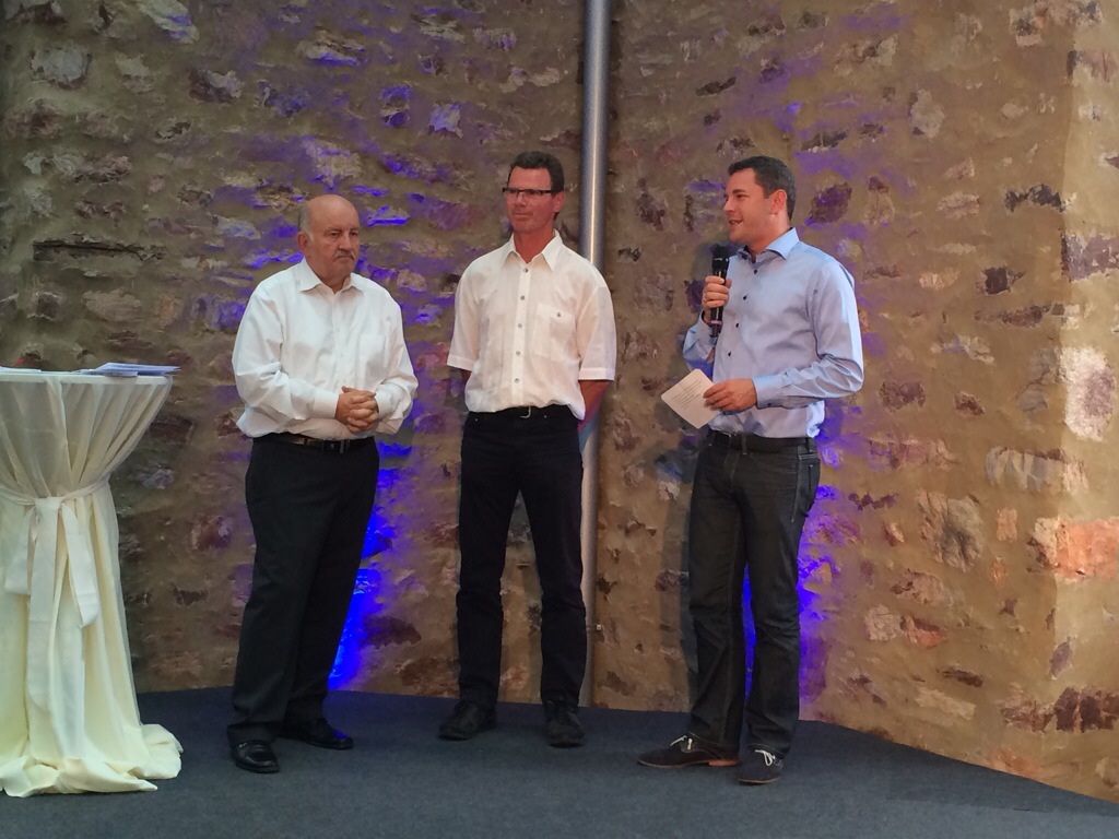 Sven Gerich (r.) und Wolfgang Nickel (l.) nahmen auf der kleinen Bühne im Jagdschloss Platte die Ehrungen vor. Hier für Markus Ott