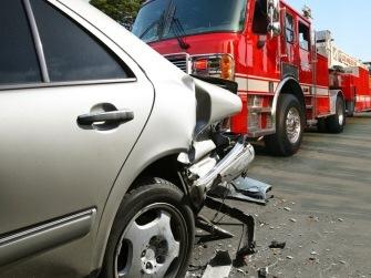 Der Feuerwehrwagen rammte das Auto auf dem Weg zum Einsatz. Symbolfoto: Thinkstock