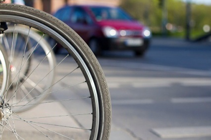 Die Radfahrerin stürzte als das Auto sie überholte, kam schwer verletzt ins Krankenhaus. Symbolfoto: Thinkstock
