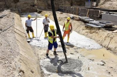 Bei der Finanzierung für den Rhein-Main-Hallen-Bau (hier ein Foto vom Rohbau-Start am 29. Juni) spart die Stadt nach eigenen Angaben 20 Millionen Euro. Foto: Stadt Wiesbaden/TriWiCon