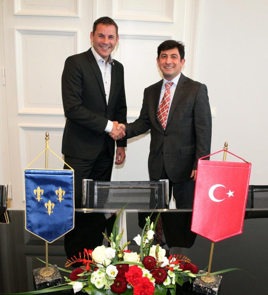 Oberbürgermeister Sven Gerich (SPD, l.) und der türkische Generalkonsul Ufuk Ekici beim Abschiedsbesuch im Rathaus. Foto: Stadt Wiesbaden