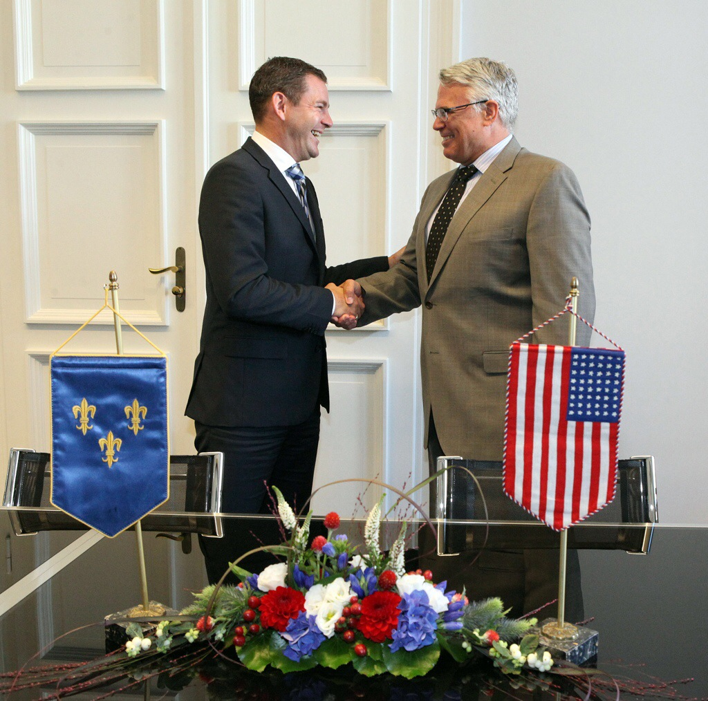 Der amerikanische Generalkonsul James W. Herman III. (r.) besuchte heute den Wiesbadener Oberbürgermeister Sven Gerich (SPD) im Rathaus. Foto: Stadt Wiesbaden