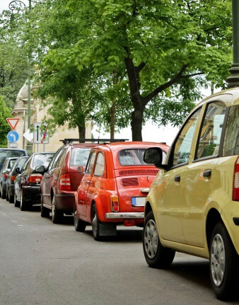 """Lange Parkplatzsuche und """"wildes Parken"""" ärgern die Anwohner im äußeren Westend. Symbolfoto: Thinkstock"""