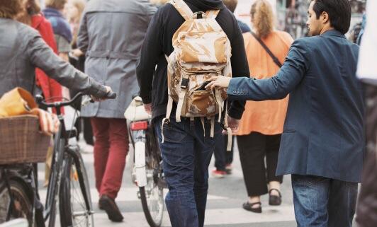 Diebe und Einbrecher waren jetzt wieder im Stadtgebiet unterwegs. Die Polizei rät: Taschen mit dem Verschluss zum Körper tragen, Bargeld, EC- und Kreditkarten am Körper verteilt mitführen, im Gedränge auf Wertsachen achten. Symbolfoto: Thinkstock