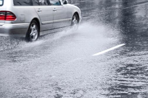 Auf regennasser Fahrbahn überschlug sich gestern ein Auto auf der Platter Straße. Symbolfoto: Thinkstock