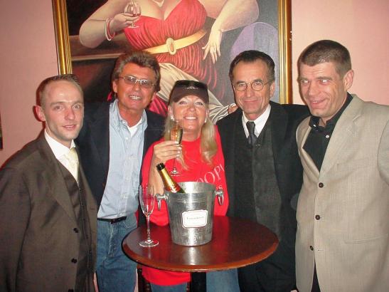 1990 machten Gerd Schüler (2.v.r.) und Michael Presinger (r.) aus einer Strip-Bar ein mexikanisches Restaurant: Im Cantina Imperial trafen sich Promis, Stars und Sternchen. Hier im Foto mit Thietmar Struck (2.v.l.) und Betriebsleiter Fips Geilfuss (l.). Foto, Erinnerungen und Text: Peter Schmidt