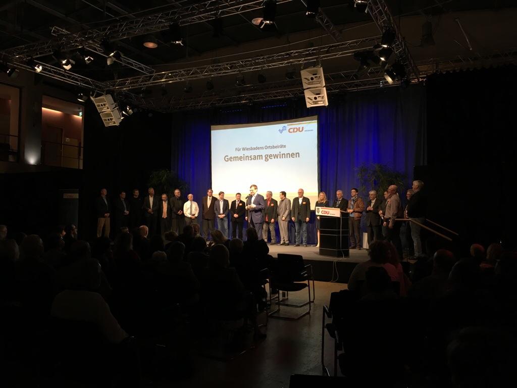 CDU-Kreisvorsitzender Dr. Oliver Franz stellte auf der Bühne des Kulturforums die Ortsbeirats-Kandidaten vor