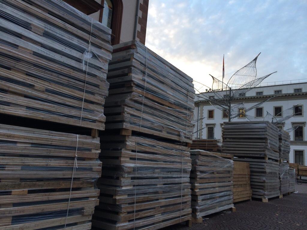 Meterhoch türmten sich die Sternschnuppenmarkt-Pakete auf dem Schlossplatz