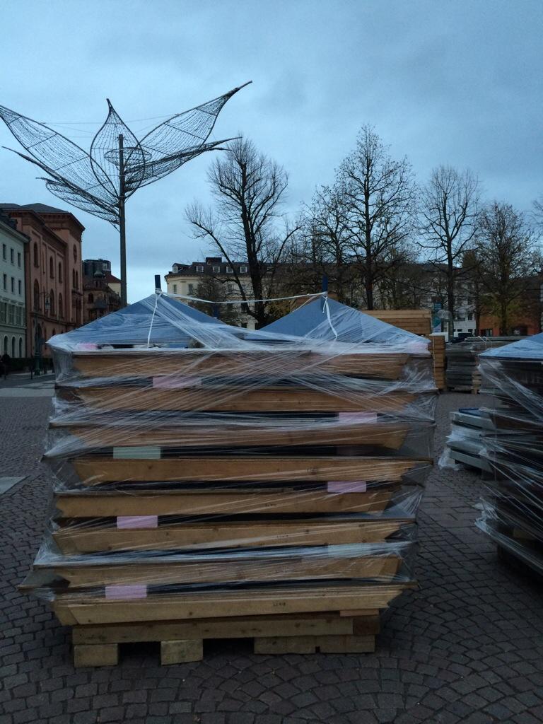 Separat verpackt: Die Dächer für die Sternschnuppenmarkt-Stände