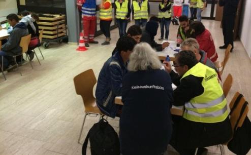 Wiesbaden bereitet sich auf 1000 neue Flüchtlinge vor. Sie sollen wieder in Sporthallen untergebracht werden. Hier: Die erste Aufnahme von Flüchtlingen in der Taunushalle in Nordenstadt am 16. September Foto: Völker/JUH