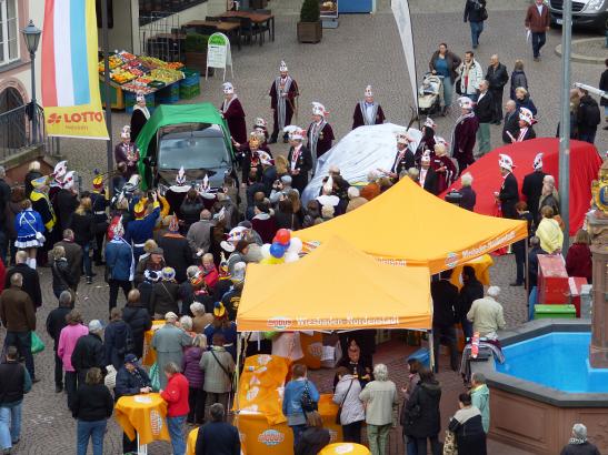 Dann wurde auch noch das Auto für die neue Kampagne feierlich enthüllt Foto: Sabine Voß/Stadt Wiesbaden