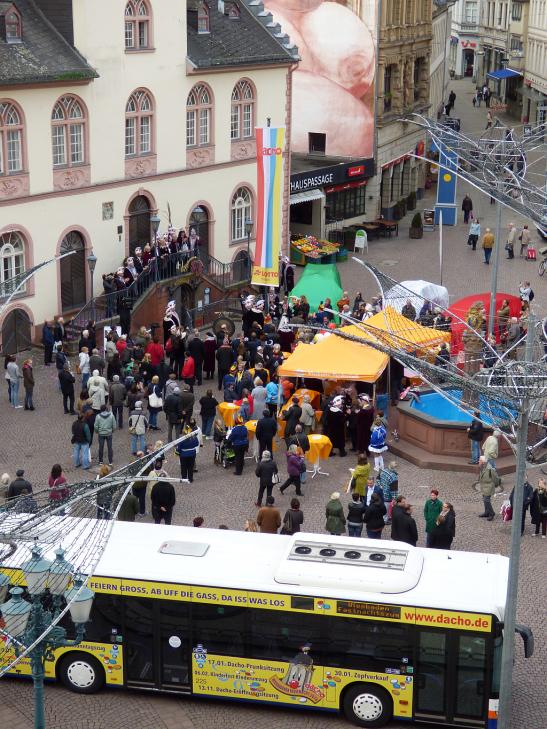 Nach den Ansprachen wurde die Fahne gehisst. Im Vordergrund zu sehen: Der Stadtbus mit dem Motto der aktuellen Kampagne Foto: Sabine Voß/Stadt Wiesbaden