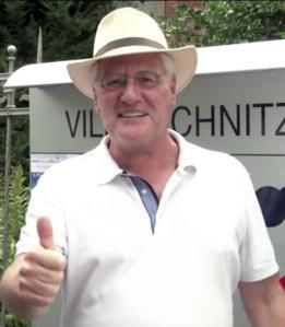 Feiert den Geburtstag mit: VHS-Direktor Hartmut Boger, hier vor der Villa Schnitzler Foto: VHS Wiesbaden