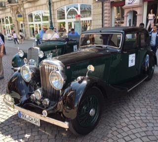 Auf dem Schlossplatz sammelten sich heute die Teams und ihre Wagen Hier: Ein Bentley 4 1/4 Parkward Light Sports Saloon Baujahr 1938 mit 125 PS