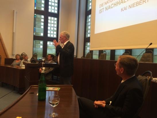 vhs-Direktor Hartmut Boger erklärte das Semesterthema