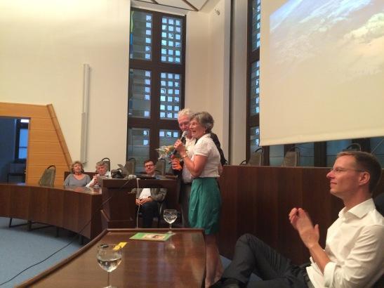 Für Hartmut Boger gab's zum Abschied Blumen von der ehemaligen vhs-Vorsitzenden Margarethe Goldmann