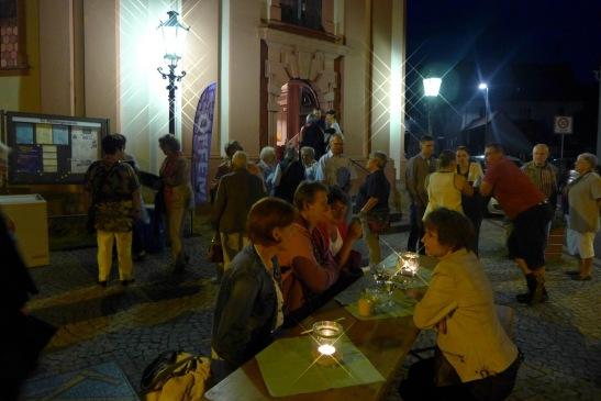 Spinattaschen und Sekt: Konfirmanden haben die Kirchennachtbesucher vor der Kirche in Naurod bewirtet. Foto: Anja Baumgart-Pietsch