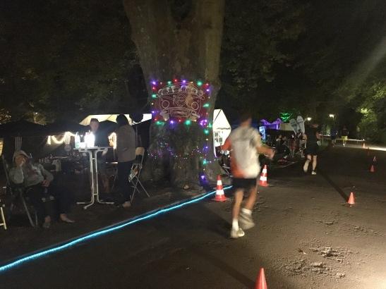 An der Strecke warteten Getränke, Essen und moralische Unterstützung auf die müden Läufer