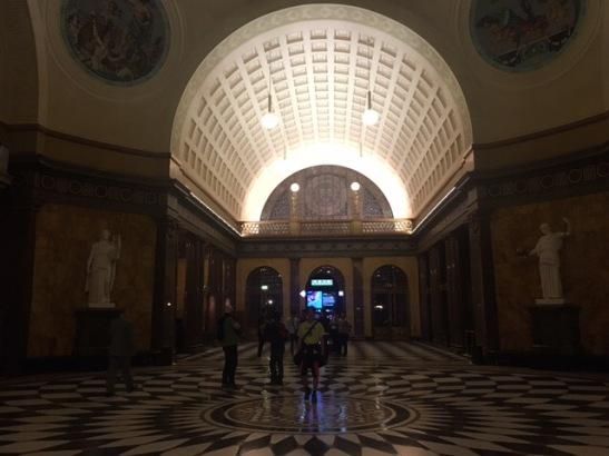 Schöner Heimweg für die Läufer: Durch das Foyer des Kurhauses