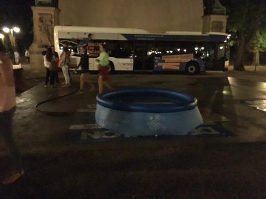 Ein Gummi-Schwimmbecken sorgte für Abkühlung