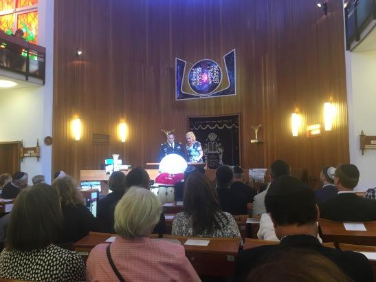 Colonel Todd J. Fish, Garnisonskommandeur der US-Army in Wiesbaden, dankte (mit Dolmetscherin) für die gute Zusammenarbeit