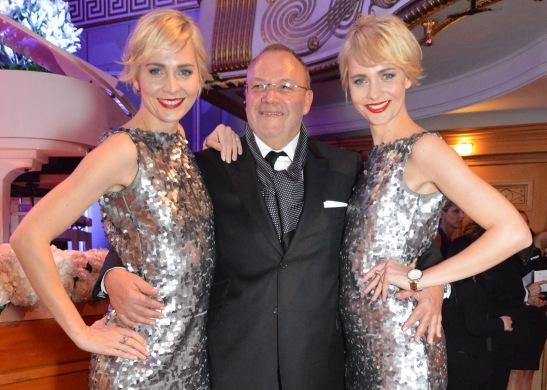 Die Werbe-Zwillinge Julia und Nina Meise mit Ball-Organisator Erhard Priewe Foto: Svetlana Schuster