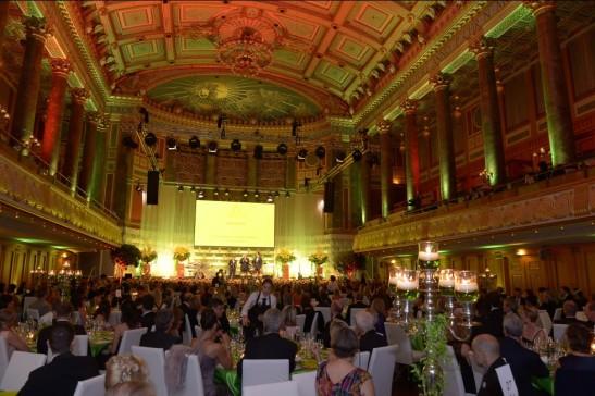 Blüten und Kerzen: Organisator Erhard Priewe brachte den Ballsaal zum Strahlen Foto: Vita e.V.