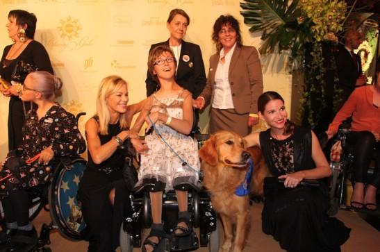 TV-Frau Nina Ruge (3.v.l.) und Schauspielerin Sophie Wepper (r.) und die eigentlichen Stars des Abends - die Helfer-Hunde mit ihren Haltern auf dem Roten Teppich Foto: Vita e.V.